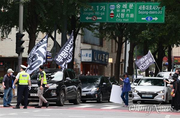 개천절인 3일 서울 도심에서 보수극우단체들이 문재인 정권 규탄 집회를 예고한 가운데, 종로1가에서 4.15부정선거를 주장하는 단체 회원들이 차량시위를 벌이고 있다.