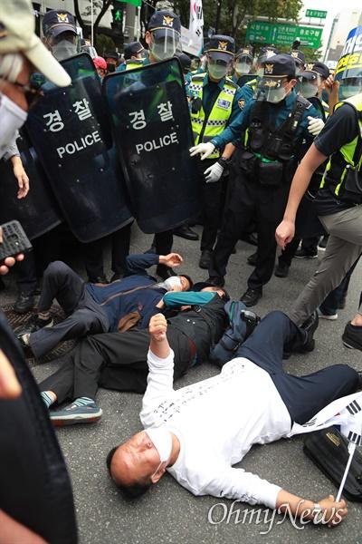 개천절인 3일 서울 도심에서 보수극우단체들이 문재인 정권 규탄 집회를 예고한 가운데, 종로1가에서 일부 시민들이 바닥에 드러누워 시위를 벌이고 있다.