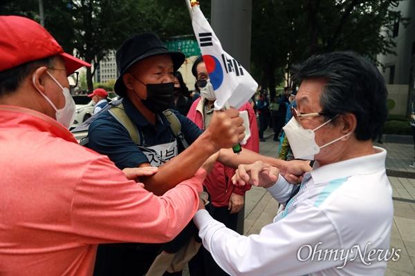 개천절인 3일 서울 도심에서 보수극우단체들이 문재인 정권 규탄 집회를 예고한 가운데, 종로1가에서 보수단체 회원들과 이를 비난하는 한 시민이 다툼을 벌이고 있다.