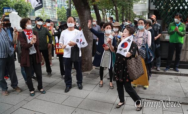개천절인 3일 서울 도심에서 보수극우단체들이 문재인 정권 규탄 집회를 예고한 가운데, 종로1가 모인 시민들이 문 대통령 규탄시위를 벌이고 있다.