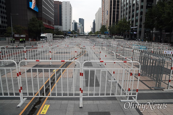 개천절인 3일 서울 도심에서 보수극우단체들이 문재인 정권 규탄 집회를 예고한 가운데, 청계광장에 집회 참가자들이 모이지 못하도록 경찰 바리케이드가 촘촘하게 설치되어 있다.