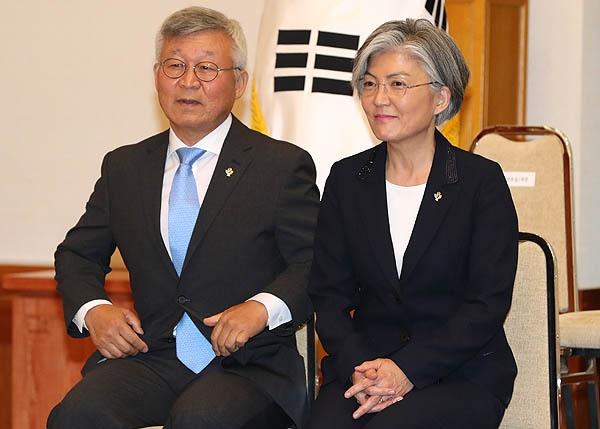 강경화 외교부 장관이 지난 2017년 6월 18일 청와대에서 열린 임명장 수여식에서 남편 이일병 교수와 자리하고 있다.