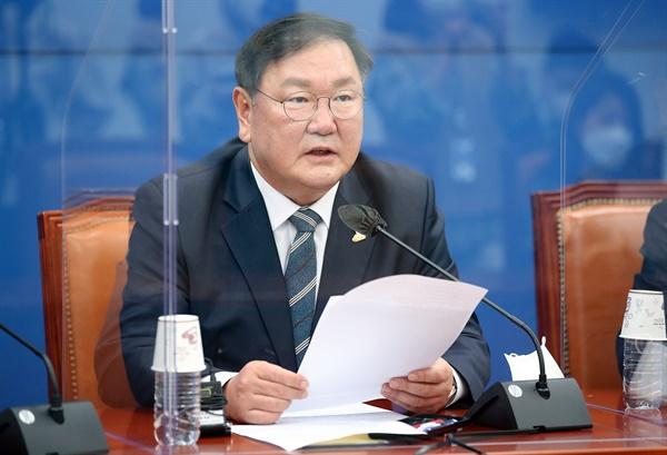 더불어민주당 김태년 원내대표가 4일 오후 서울 여의도 국회에서 열린 기자간담회에서 발언하고 있다.