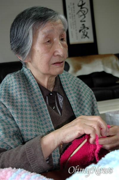 여성학자 이효재 선생(사진은 2010년 12월, 뜨래질 하는 모습).