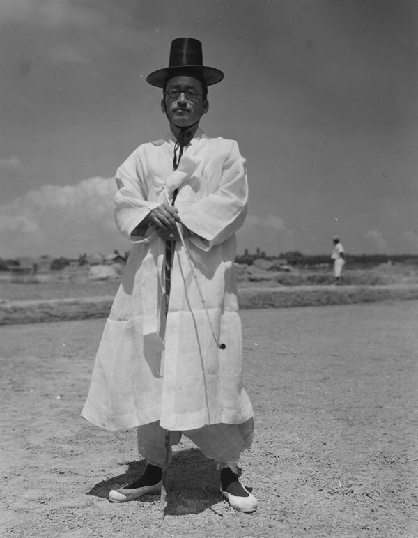 1952. 8. 6. 포항, 한국 노인의 나들이 정장차림.