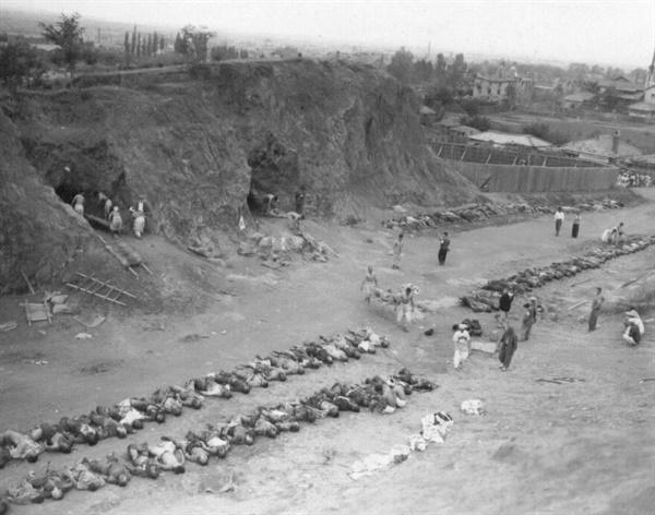 1950. 10. 10. 함흥, 동굴에서 학살된 시신 300여 구를 꺼내고 있다.