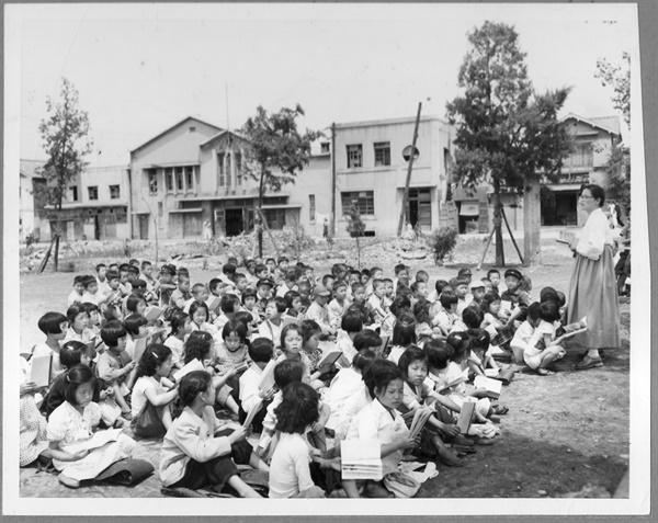1953. 6. 5. 서울. 초등학교. 모자란 교실 때문에 학생들이 운동장에서 야외수업을 받고 있다.