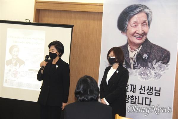 10월 5일 저녁 창원경상대병원 장례식장에서 열린 고 이효재 선생 추모식에서 남인순, 진선미 국회의원이 추모사를 하고 있다.