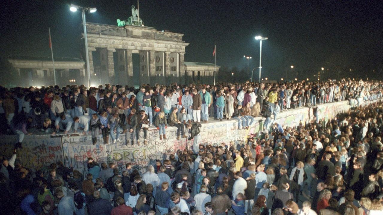 1989년 11월 베를린 장벽이 무너진 후 장벽 주변에 밀집해 있는 동독주민들 1989년 11월 베를린 장벽이 무너진 후 장벽 주변에 밀집해 있는 동독주민들