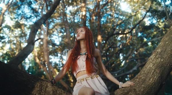걸그룹 오마이걸의 멤버 유아가 발표한 솔로 작품 <본 보야지>의 타이틀곡 '숲의 아이' 콘셉트는 일부 해외 케이팝 팬덤에서 문화적 전유 논란을 불러왔다.