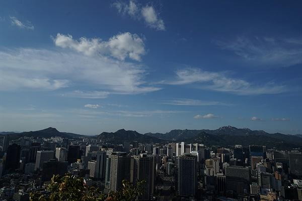 남산을 오르다가 바라본 서울시내 풍경