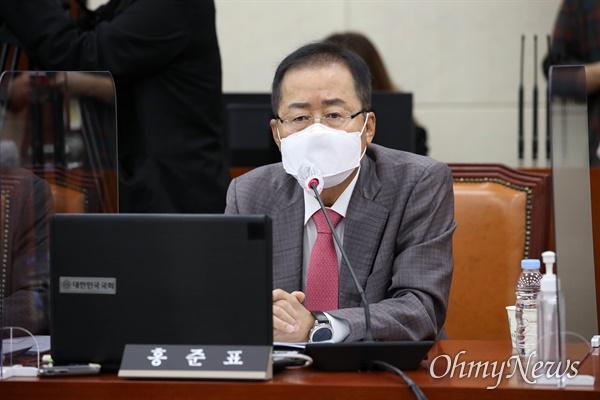 무소속 홍준표 의원이 6일 국회 국방위원회 전체회의에서 발언하고 있다.