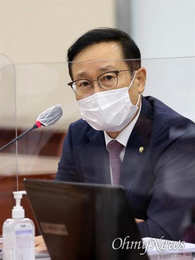 더불어민주당 홍영표 의원이 6일 국회 국방위원회 전체회의에서 발언하고 있다.