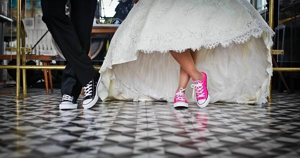 비혼은 결혼을 선택의 문제로, 독신주의는 끝까지 결혼을 하지 않고 혼자 사는 삶을 추구한다는 점에서 다르다.