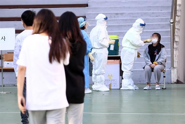 중학생 진단검사 6일 오후 대전시 유성구 반석동 외삼중학교에서 학생들이 신종 코로나바이러스 감염증(코로나19) 검사를 받고 있다. 이 학교 1학년 여학생(대전 367번)은 전날 코로나19 양성 판정을 받았다.