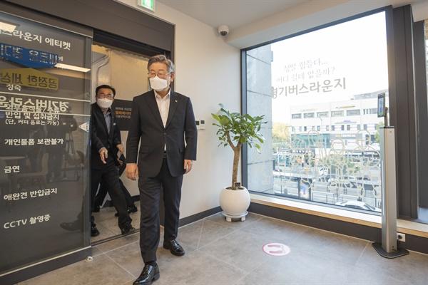 이재명 경기도지사가 6일 오후 서울 사당역 4번 출구 앞 경기버스라운지 개소 및 현장 라운딩을 하고있다. 코로나19 사태 이후 백발을 유지했던 이재명 지사는 최근 염색을 했다.