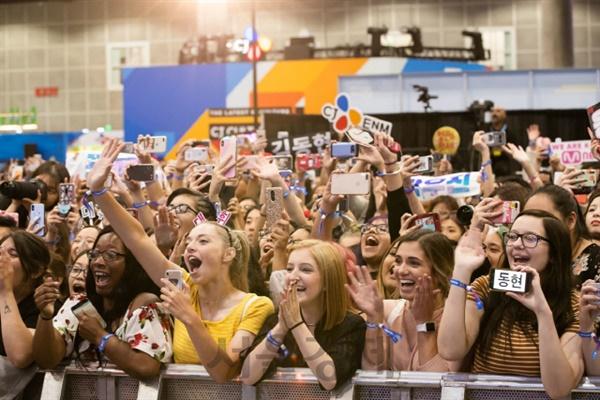 지난 18일 미국 로스앤젤레스(LA) 컨벤션센터에서 열린 한류 문화 축제 케이콘(KCON) 컨벤션에 참석한 관람객들이 K팝 가수가 등장하자 환호하고 있다. 2019.8.18