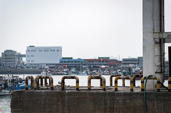 연안부두 앞 풍경 연안부두에서 바라본 옹진수협공판장과 여객터미널