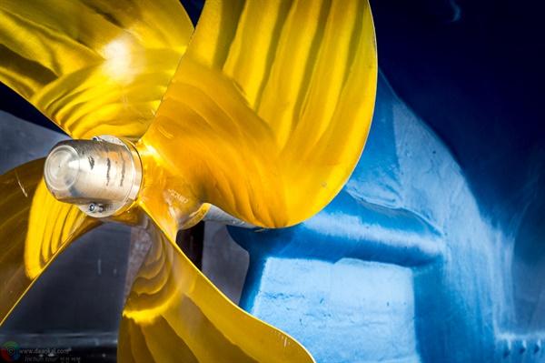 황금철판의 프로펠러 조선소에서 수리 중인 배 밑창의 프로펠러
