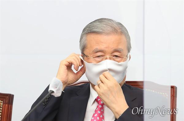 김종인 국민의힘 비상대책위원장이  8일 오전 국회에서 열린 비상대책위원회에서 마스크를 쓰고 있다.