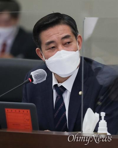 신원식 국민의힘 의원이 8일 오전 서울 용산구 합동참모본부에서 열린 국회 국방위원회의 합동참모본부에 대한 국정감사에서 질의하고 있다.