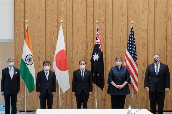 지난 6일 일본 도쿄에서 열리는 '쿼드' 회의를 앞두고 미국·일본·호주·인도 외교장관이 스가 일본 총리와 포즈 취하고 있다.