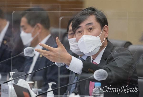 국민의힘 하태경 의원이 8일 서울 용산구 합동참모본부에서 열린 국회 국방위원회 국정감사에서 질의하고 있다.