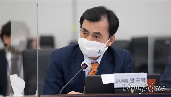 더불어민주당 안규백 의원이 8일 서울 용산구 합동참모본부에서 열린 국회 국방위원회 국정감사에서 질의하고 있다.