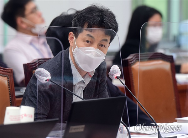 윤건영 더불어민주당 의원이 8일 국회에서 열린 외교통일위원회의 통일부 등에 대한 국정감사에서 질의를 하고 있다.