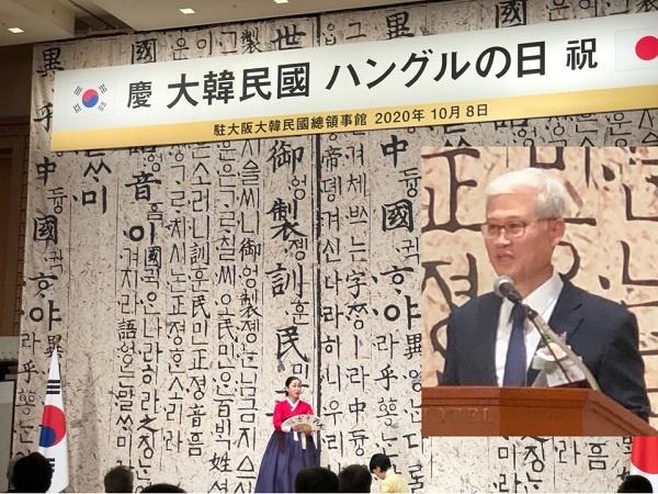 왼쪽 사진은 개막행사로 열린 명창 안성민 수궁가 공연 모습입니다. 오른쪽 사진은 인사말을 하는 주오사카총영사관 오태규 총영사입니다.