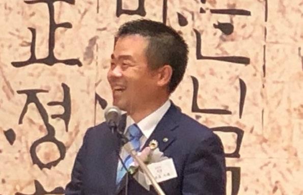 한글날 기념행사에서 한국어로 연설을 이어가는 시가현 미카즈키 다이조(三日月 大造) 지사입니다.