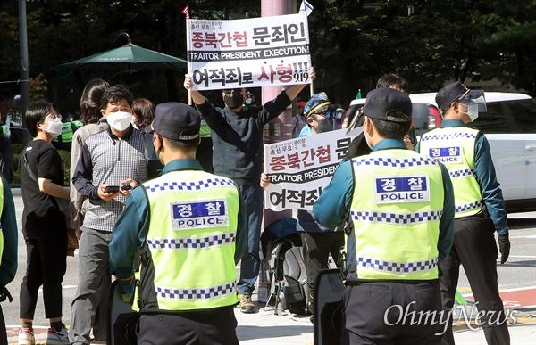 보수단체 도심 집회가 불허된 9일 오후 서울 종로구 보신각 앞에서 한 시민이 4.15 총선 부정선거 윤미향 더불어민주당 의원 구속을 주장하며 피켓을 들어보이고 있다.