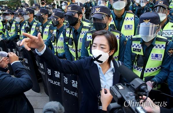 전광훈 사랑제일교회 목사의 변호인단인 강연재 변호사가 9일 오후 서울 종로구 보신각 앞에서 기자회견을 마친 뒤 정부의 도심 집회 불허를 규탄하며 광화문광장으로 행진을 벌이자, 경찰이 출입을 통제하고 있다.