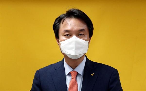 김종철 정의당 신임 대표가 9일 오후 서울 여의도 정의당 중앙당사에서 열린 6기 당대표 선출 선거 결과 발표에서 당선 인사를 하고 있다.