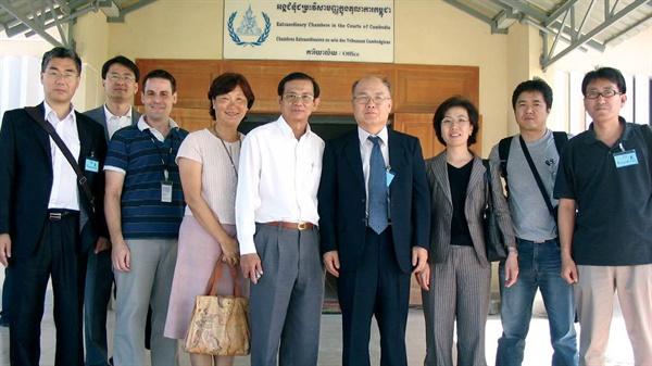 진실화해위원회 위원 시절 김경남 목사(우측 4번째)와 필자(맨 좌측)