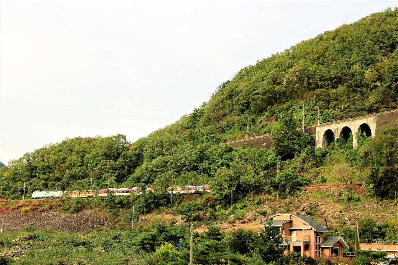 치악산의 루프터널을 지난 열차가 서울 방향으로 가고 있다.(왼쪽) 오른쪽이 루프터널을 넘은 뒤 제천 방향으로 향하는 철길. 두 철길은 하나로 연결되어 있다.
