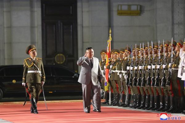 북한 조선중앙통신은 조선노동당 창건 75주년 경축 열병식이 10일 자정 평양 김일성광장에서 열렸다고 보도했다