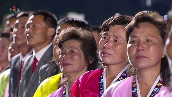 북한이 10일 노동당 창건 75주년 기념 열병식을 열었다고 조선중앙TV가 보도했다. 광장에 모인 주민들이 김정은 위원장의 연설을 들으며 눈물을 흘리고 있다. 참가자들은 모두 마스크를 쓰지 않은 모습이다.