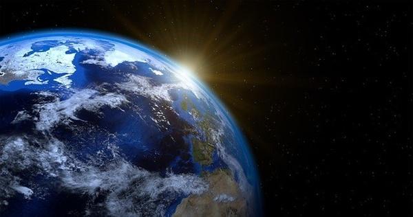 """""""만약 자전축이 기울어져 있지 않다면 태양이 연중 적도면만 수직으로 비추게 되어 태양빛이 각 위도의 지표면에 도달하는 양은 연중 변화가 없어진다. 그럴 경우엔 계절 변화가 나타나지 않는다."""""""