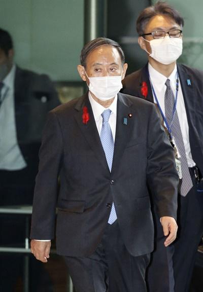 스가 요시히데 일본 총리가 지난 5일 오후 출입 기자단과 공동인터뷰를 마친 뒤 마스크를 쓴 채 관저를 나서고 있는 모습.