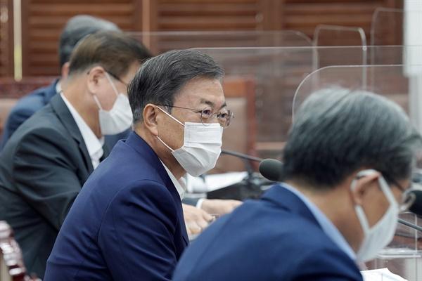 문재인 대통령이 12일 오전 청와대 여민관 소회의실에서 열린 WTO 사무총장 선거 지원 회의를 주재하고 있다.