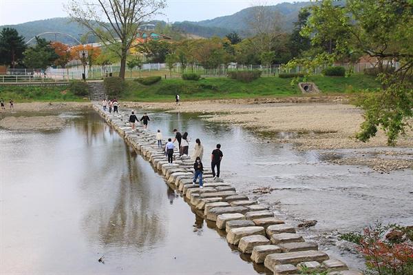 경주 보문관광단지 호반길 돌다리 모습