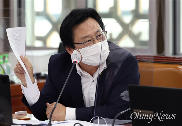 강기윤 국민의힘 의원이 13일 국회 보건복지위원회의 식품의약품안전처 등에 대한 국정감사에서 이의경 식품의약품안전처장에게 질의하고 있다.