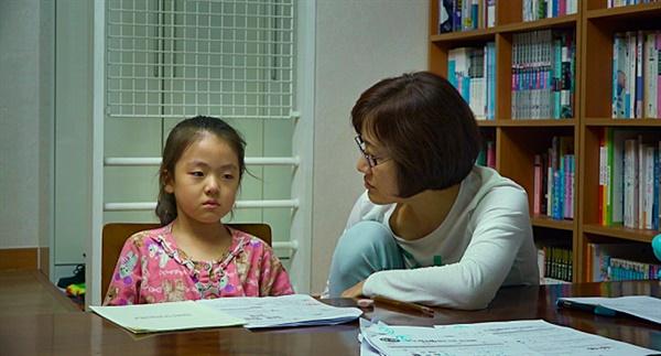 디어 마이 지니어스 딸 윤영을 잡아두고 못다한 공부를 시키는 어머니 문선숙씨(오른쪽).