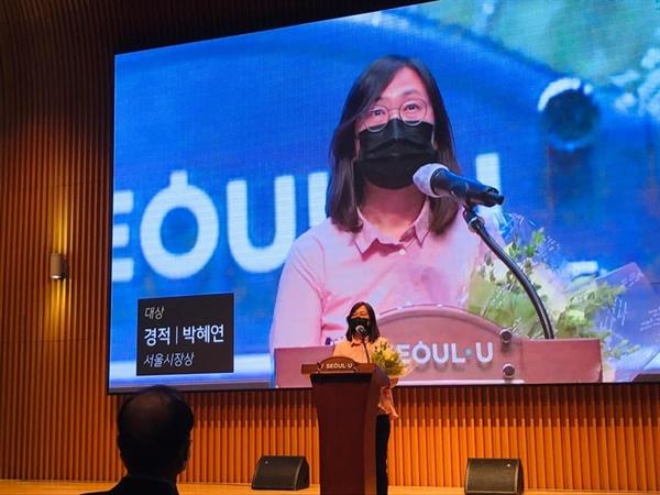 대상 수상자 박혜연 <경적>으로 대상을 수상한 수상자가 소감을 말하고 있다.