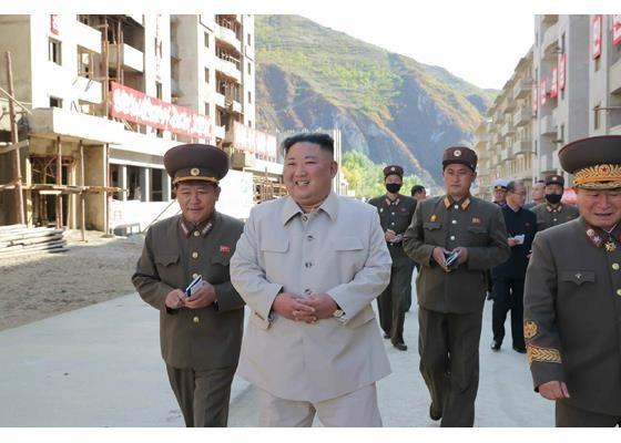 태풍 '마이삭' 피해복구 중인 함남 검덕지구 찾은 김정은 김정은 북한 국무위원장이 태풍 '마이삭'으로 혹심한 피해를 봤던 북한의 대표 광물생산지 함경남도 검덕지구를 찾아 복구 현황을 시찰했다. 2020.10.14