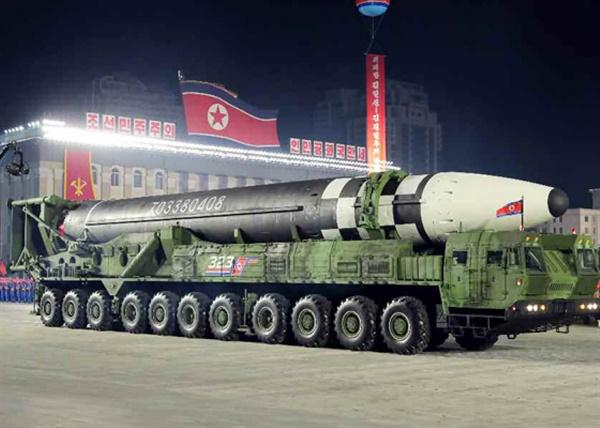 북한, 당 창건 75주년에 덩치 커진 신형 ICBM 공개 북한이 10일 노동당 창건 75주년 기념 열병식에서 미 본토를 겨냥할 수 있는 신형 대륙간탄도미사일(ICBM)을 공개했다. 신형 ICBM은 화성-15형보다 미사일 길이가 길어지고 직경도 굵어졌다. 바퀴 22개가 달린 이동식발사대(TEL)가 신형 ICBM을 싣고 등장했다. 노동신문은 위 사진을 포함해 신형 ICBM 사진을 약 10장 실었다. 2020.10.10