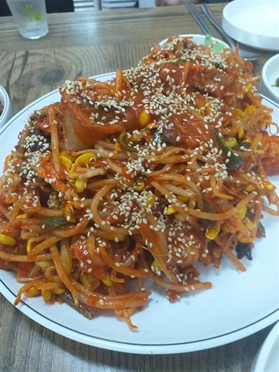 부평개화초등학교 후문에 있는 식당 친용이네의 아귀찜. 비빔양념장을 베이스로 한 양념을 써서 상큼하게 매운 맛을 자랑한다.