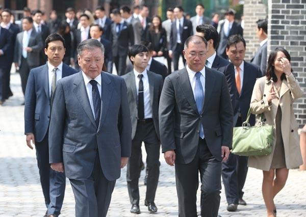 정의선 현대차그룹 수석부회장이 14일 회장으로 선임됐다. 사진은 2016년 4월 15일 당시 정몽구 현대자동차그룹 회장(왼쪽)과 정의선 부회장이 서울 명동성당에서 열린 정성이 이노션 고문의 아들 선동욱 씨의 결혼식에 참석해 이동하는 모습.