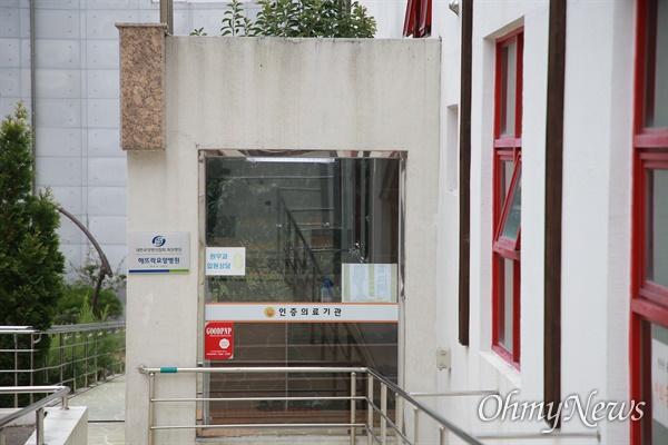 14일 오전 현재 부산 북구 만덕동 해뜨락요양병원 앞. 이곳에서 직원 10명, 환자 42명 등 총 52명이 코로나19 확진 판정을 받았다.